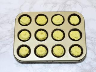 松软酸甜水果香,将面糊装入裱花袋,剪一个小口,在模具中垫入小号纸杯托