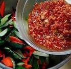 韩国腌黄瓜,把腌制好的黄瓜和胡萝卜攥干水份,然后倒入混合好的酱料拌匀
