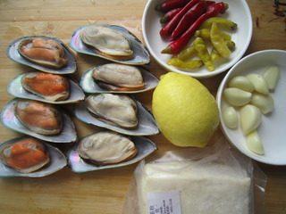 泡椒芝士焗青口贝,原料备用。
