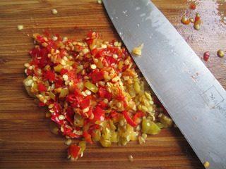 泡椒芝士焗青口贝,泡椒剁碎。