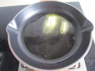 泡椒芝士焗青口贝,平底锅烧热,下入一块黄油。