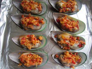 泡椒芝士焗青口贝,炒好和香料均匀的分到每个青口上。