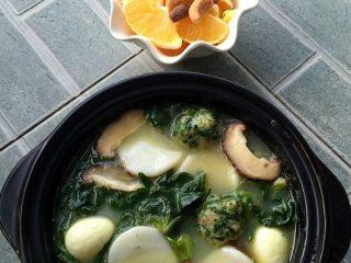荠菜虾丸,直接吃或按喜欢好再加入焯煮后的荠菜叶、年糕、鹌鹑蛋、香菇片等,大功告成!