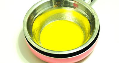 黑白芝麻薄脆,将黄油切小块,放入不锈钢碗内,隔热水溶化成液态。