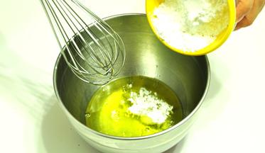 黑白芝麻薄脆,蛋白加入糖粉,用手动打蛋器搅打均匀