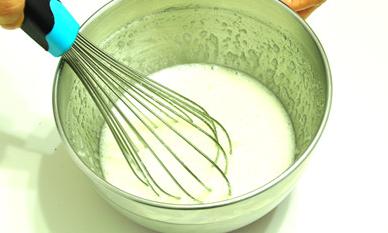 黑白芝麻薄脆,轻轻的搅拌至糖粉溶化即可,无需打发。