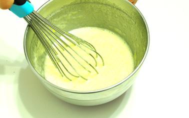 黑白芝麻薄脆,用手动打蛋器搅拌均匀。