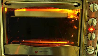 黑白芝麻薄脆,烤箱160度预热,上下火160度,烤盘放上层,烤12-15分钟上,见表面上色即可。