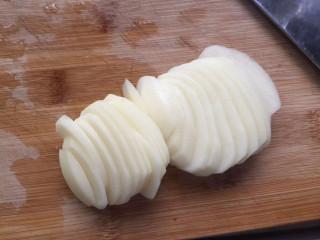 土豆泥蛋卷,去皮切薄片