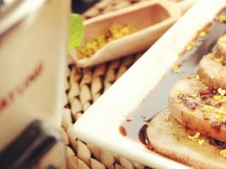 桂花糯米藕,煮好的藕切片淋上收浓后的糖汁撒桂花即可享用