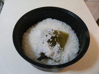 花样寿司,大米蒸米饭。比平时放水要少,因为做的时候要加寿司醋。蒸米饭时加一片海带,提鲜的。