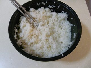 花样寿司,把寿司醋倒入米饭中,搅拌均匀,晾凉。