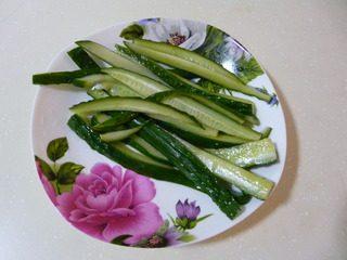 花样寿司,黄瓜切成长条,事先用白糖、白醋、盐腌好。