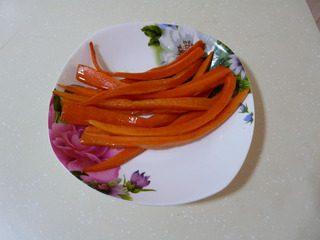 花样寿司,胡萝卜切成长条,事先用白糖、白醋、盐腌好。用时用油炸一下。不用炸太老。只要过油即可,是为了让胡萝卜更有营养。