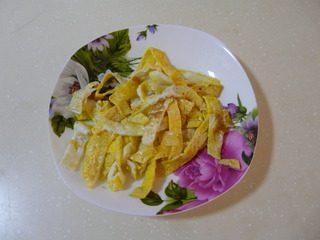 花样寿司,鸡蛋中放少许淀粉,摊成鸡蛋薄皮,切成宽丝。