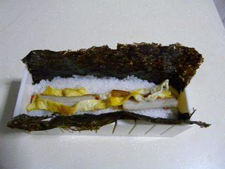 花样寿司,把要放的食材全部放入凹槽中。