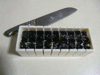 花样寿司,把海苔包好,用刀沿着模具把寿司切好。