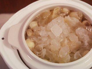 猕猴桃银耳羹,约3个小时后当银耳呈粘粘的胶冻状时,放入适量冰糖熬化后关火