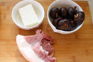 红烧狮子头,如图准备好主要食材,猪肉要选肥瘦的,三分肥七分瘦最好,香菇忘记拍了;