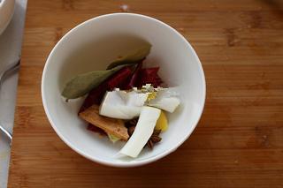 红烧狮子头,准备好红烧的料,八角、桂皮、香叶、生姜、辣椒和葱白;