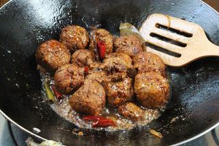 红烧狮子头,炖煮至汤汁浓稠,调入适量味精提味即可出锅~