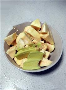 红薯姜汤,红薯洗净,去皮,切成方块;老姜洗净,削掉老姜皮,切片处理;