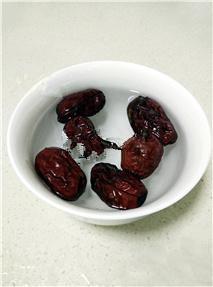 红薯姜汤,几分钟,然后洗掉红枣上的灰,杂质;
