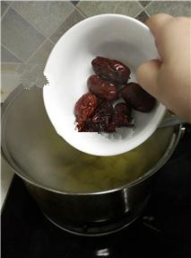 红薯姜汤,红薯快煮熟时,放入红枣;