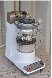 黑芝麻糊,把熟黑芝麻和糯米粉倒入料理机,同时倒入清水400ml,用搅拌棒(或筷子)把液体和粉类搅拌融合(防止料理机启动那一刻糯米粉膨起)。