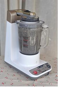 黑芝麻糊,盖上料理机盖子,高速搅拌成糊状(看到没有芝麻颗粒就可以了)。