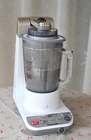 黑芝麻糊,把过滤出来的渣渣,再放入料理机内倒入剩下的200ml清水一起继续高速搅拌。