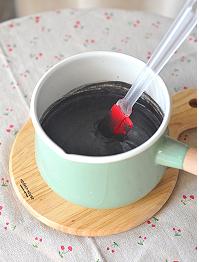 黑芝麻糊,中小火加热,边加热边搅拌,会感觉到芝麻糊越来越浓稠,到你想要的粘稠度就可以关火了。稍凉后就可以装出来食用了。