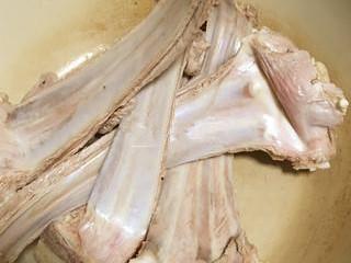 烤羊排,然后用水焯一下后洗净备用。