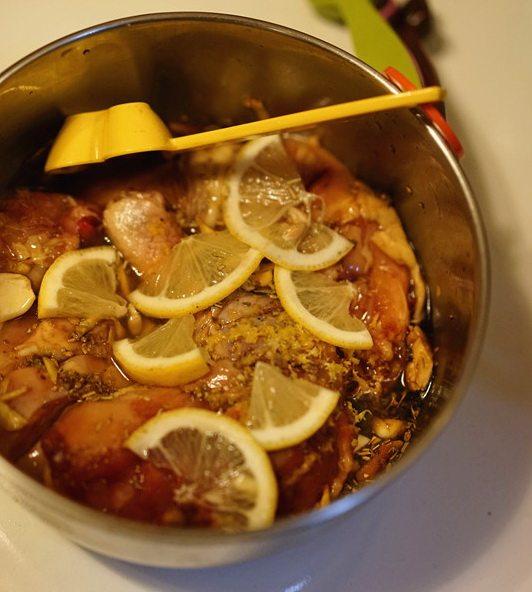柠檬烤鸡腿,搅拌均匀后入冰箱盖保鲜膜腌制一夜。