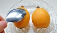 枇杷雪梨银耳百合甜汤,枇杷如何剥开皮最方便呢?只需要用一个大勺子从上至下,轻轻刮表面就好了
