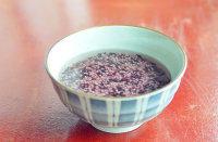 泰式椰浆芒果糯米饭,首先把糯米洗净泡一夜,糯米饭可以用一半白糯米一半紫糯米来煮,或者全部用白糯米或者紫糯米都可以。