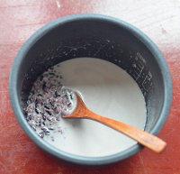 泰式椰浆芒果糯米饭,把170ml椰浆放入锅中加糖和盐加热至糖融化,倒入泡好的糯米中用椰浆来煮糯米饭,用电饭煲煮即可。
