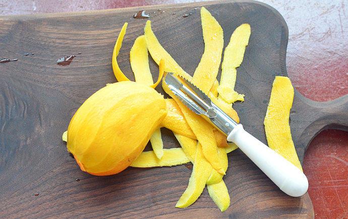 泰式椰浆芒果糯米饭,新鲜多肉的芒果去皮,切下果肉,再将其切片~待用(可以切成各种形状)