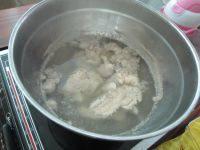 芦荟时蔬猪骨汤,锅中放水烧开,把猪骨下锅飞水。