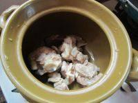 芦荟时蔬猪骨汤,把猪骨洗去浮沫放入砂锅。