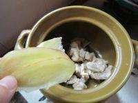 芦荟时蔬猪骨汤,加入姜片。