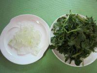 芦荟时蔬猪骨汤,把芦荟里面的白色果肉取出后切段,西洋菜洗净撕长段。