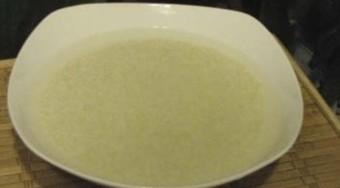 用饭盒也能做粽子,糯米提前浸泡两个小时。然后如蒸米饭一样煮熟待用。但水量要减少一半以上。也可以用蒸的方法,如果您喜欢吃硬一点的糯米饭。方法同样是将糯米浸泡两小时,沥去水分,蒸熟,蒸的过程中洒点水。也可以用用微波炉蒸大火六分钟,然后转中火再十五分钟。