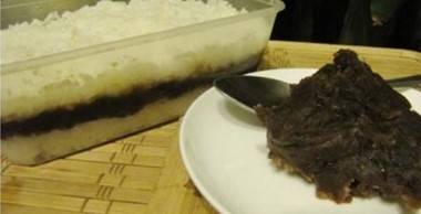 用饭盒也能做粽子,找一个饭盒,抹上猪油或其他植物油。铺上一层熟糯米饭,再铺上豆沙馅,再铺上一层糯米饭,压紧。