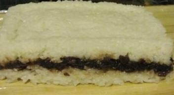 用饭盒也能做粽子,将容器倒扣,把糯米糕倒出来,然后用沾水的利刀切块,凉了以后,浇上蜂蜜即可。(过程图请看考下图)除了蜂蜜以外,也可以选择糖桂花、糖玫瑰等。