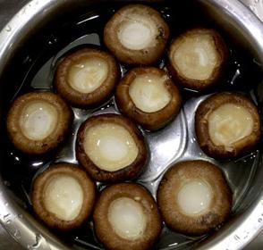 虾仁酿香菇,香菇洗净
