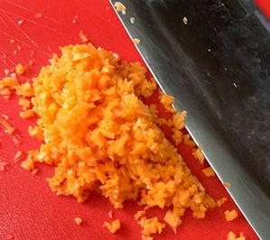 虾仁酿香菇,胡萝卜剁成碎末