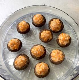 虾仁酿香菇,取出淋上香油,撒上小香葱,装盘上桌