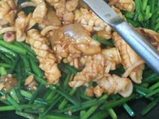 鱿鱼炒韭菜花,放油炒韭菜花,放点盐,炒了差不多,就倒鱿鱼炒两下就好,