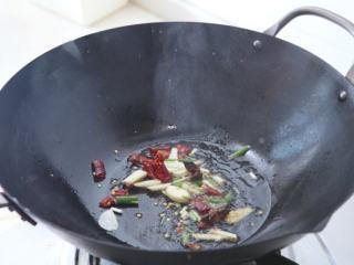 糖醋虾干 ,锅中油烧七分热,下入切好的姜蒜、辣椒、葱段、八角爆香。